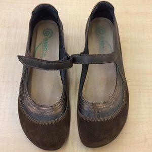 "Naot Sz 41 ""Kirei"" Mary Jane flat sandals Bronze"